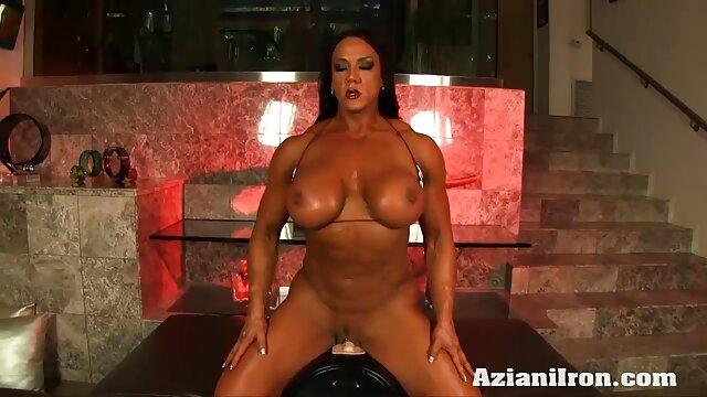 فتاة جميلة مارس الجنس من مواقع سكس اجنبي مجاني قبل حمام السباحة